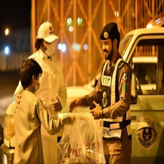 #المجاردة: إكليل ورد الإلكتروني يُقدم (70) وجبة عشاء لرجال الأمن في الميدان
