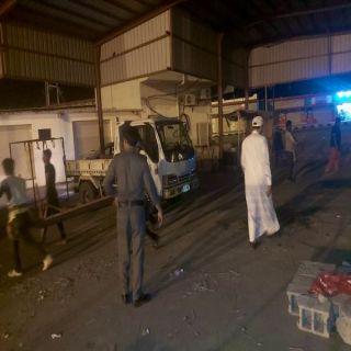 بلدية #بارق تصادر بسطات باعة خالفوا الإجراءات الوقائية في ثلوث المنظر.