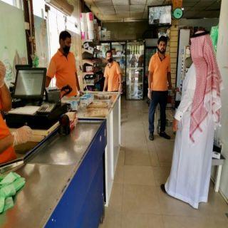 رئيس بلدية #بارق يزور أحد مراكز التسوق في المُحافظة ويوجه بإغلاقه