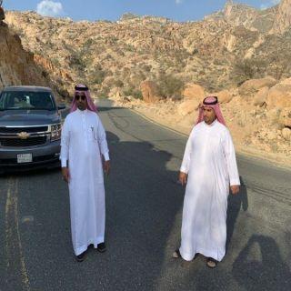 رئيس بلدية #بارق يقف على طريق البيضاء عقبة برمة ويُناقش إمكانية إنارة الطريق