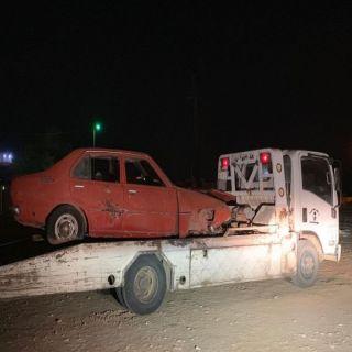 بالصور -بلدية #بارق ترفع المركبات التالفة من شوارع وأحياء المُحافظة