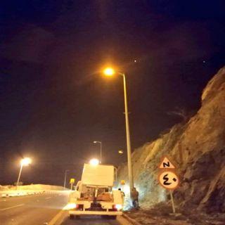 بالصور - بلدية #تنومة تُجري أعمال صيانة الإنارة العامة على الطرقات وداخل الأحياء