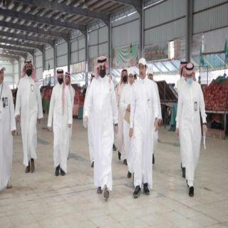 بعد تجهيزها لتكون نماذج تُعمَّم في المحافظات.. الأمير تركي بن طلال يتفقَّد أسواق أبها النموذجية