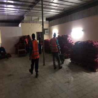 بلاغ مواطن يقود التجارة لضبط عمالة تُخزن 54 طنًا من أكياس البصل في #جدة