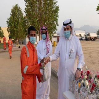 بالصور- مُحافظ بارق ورئيس البلدية يُعايدان عمال النظافة ببلدية المُحافظة