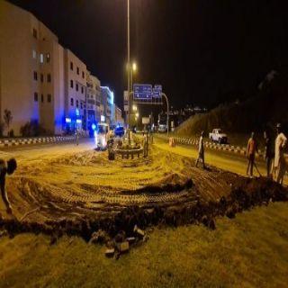 لتسهيل حركة السير #أمانة_عسير توسع مسارات طريق الملك عبدالعزيز في أبها