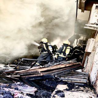 مدني #القصيم  يُخمد حريق 3 محلات مفروشات وسط #بريدة
