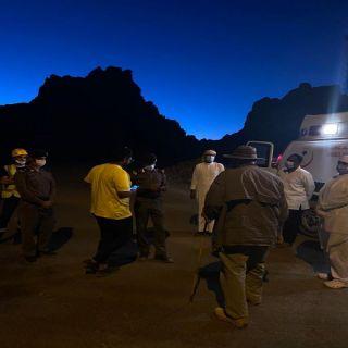 """مدني ضباء ينقذ 5 اشخاص علقوا في وادي """" غمرة"""