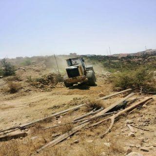 بلدية بلقرن تزيل تعديات على أراضٍ حكومية بمركز الشعف