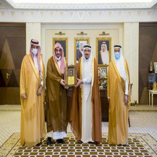 أمير القصيم يُكرم رئيس هيئة المنطقة سابقًا نظير ما قدمه من جهود وأعمال مباركة طيلة فترة عمله.