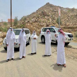 """بالصور """"الشهري"""" ورئيس بلدية بارق يقفان على وعورة طريق قرية غار عظم بجبل بركوك"""