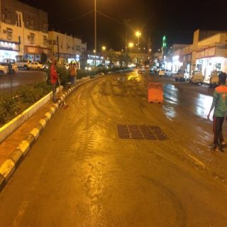 شاهد - بلدية #المجاردة تنزح تجمعات الأمطار وسط المُحافظة