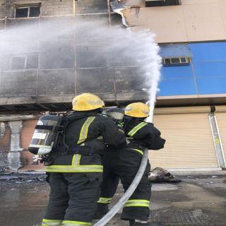 بالصور مدني #بريدة يُخمد حريق واجهة عمارة سكنية تقع بالحي الأخضر
