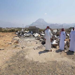 مُحافظ #بارق يقف على إزالة الإحداثات بثلوث المنظر ويزور فرع جامعة الملك خالد