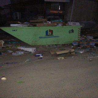 شاهد تراكم النفايات وسط ثلوث المنظر ..والأهالي اين المتعهد برفع الحاويات