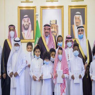 سمو أمير القصيم يُسلّم أجهزة لوحية لعدد من طلاب وطالبات تعليم القصيم