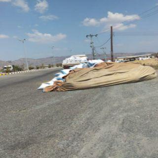 سقوط حمولة شعير يعرقل حركة المرور بطريق #المجاردة ثربان