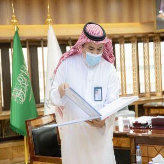 رئيس #جامعة_القصيم يتسلم تقرير المستشفى البيطري الجامعي