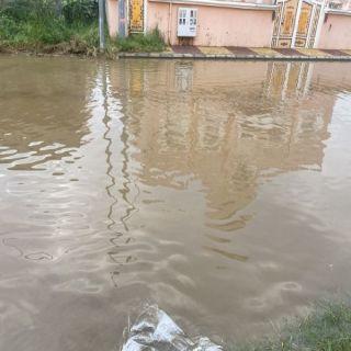 مياه الأمطار تُغرق أجزاء من شوارع #المجاردة وسط مُطالبات الأهالي