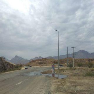 منعطفات تُهدد سالكي طريق ثربان المجاردة واعمدة إنارة تنتظر التيار الكهربائي
