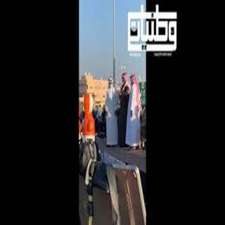 فيديو -سمو لأمير تركي بن طلال يُكرم عامر الشهري مُنقذ الطفل بسيل #ثربان