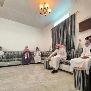 مُحافظ #بارق يزور ذوي الشهيد الشهري وينقل لهم تعازي القيادة