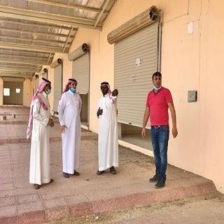 """إنفاذًا لتوجيهات سمو أمير عسير """"البناوي"""" يتفقد أسواق الأسر المنتجة في #بارق"""