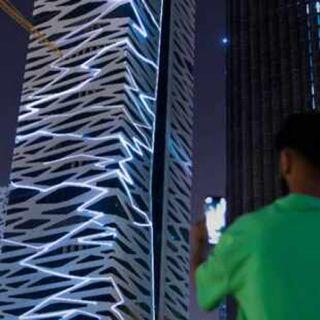 """برج """"زبيرا"""" في الرياض يتافعل مع العواصف الرعدية حول العالم"""