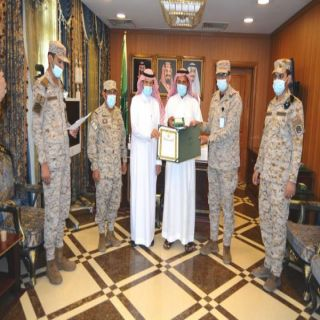 مُحافظ #محايل يُسلّم وسام الملك عبدالعزيز من الدرجة الثالثة لذوي شهداء