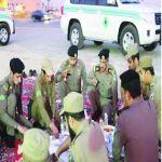 الرياض - قائد أمن الطرق بالرياض يتناول الأفطار هو وجنوده على الطريق