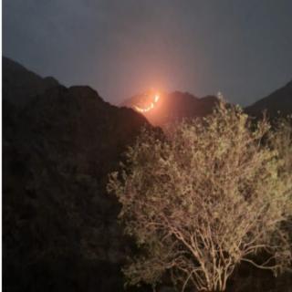 فيديو - صاعقة رعدية تشعل حريقا بإحدى جبال ثربان غرب مُحافظة المجاردة