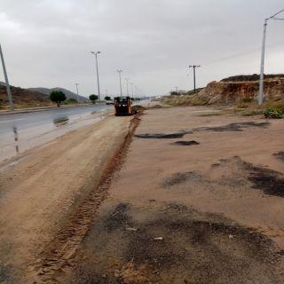 #بلدية_بارق تُعالج مخلفات الأمطار وسط المُحافظة والمراكز التابعة لها