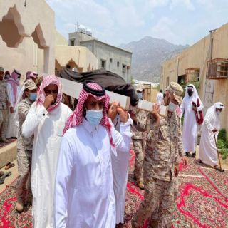 """في بارق :آل منشط يتقدم مشيعي الشهيد""""الشهري"""" وينقل لذويه تعازي القيادة"""