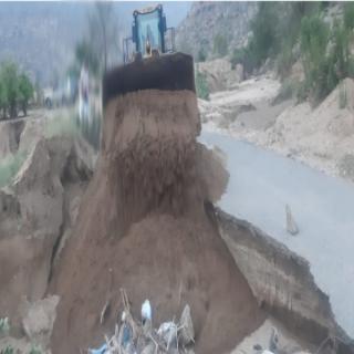 """تجاوبًا مع مانشرته """"وطنيات"""" #بلدية_بارق تعمل على إصلاح اضرار السيول بقُرى وادي الخير"""