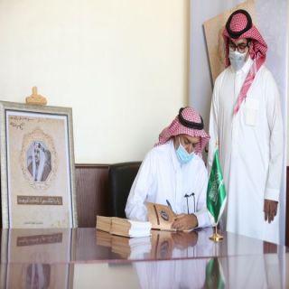 """مُحافظ وادي الدواسر يُدشن كتاب """"زيارة الملك سعود الملكية للنويعمة"""""""