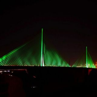 الجسر المعلق وسط الرياض يتوشح اللون الأخضر إحتفاءًا بـ #اليوم_الوطني_91