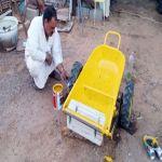 مواطن يبتكر آلة لحصد وجمع نبات السمح بالجوف