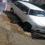 حفرة تبتلع سيارة في ابها