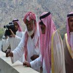 مسن يستوقف أمير الباحة اثناء جولت سموه لمحافظة المخواة