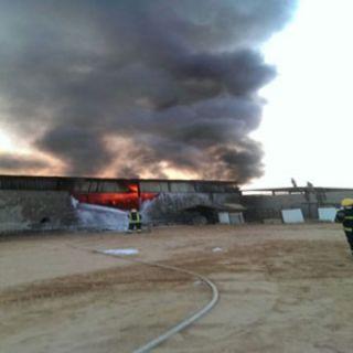 مدني القصيم يخمد حريق مستودع الأسفنج ببريدة