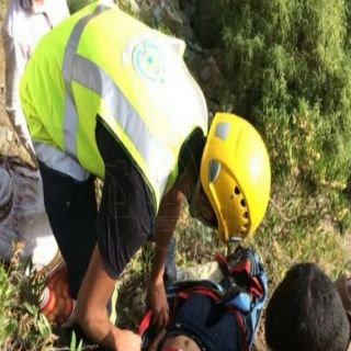 صور- مدني عسير ينتشل طفله (6) اعوام سقطت من منحدرصخري وعر بالسودة