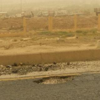 حفرة امام سور خدمات بلدية بارق تتربص بالمركبات