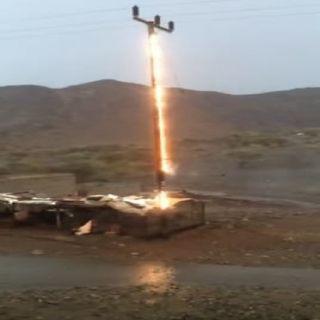 فيديو صاعقة رعدية تُشعل عموداً للكهرباء في الباحة