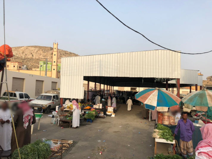 صورة للسوق الأسبوعي في ثلوث المنظر وتظهر في الخلفية المحال التجاريةمغلقة