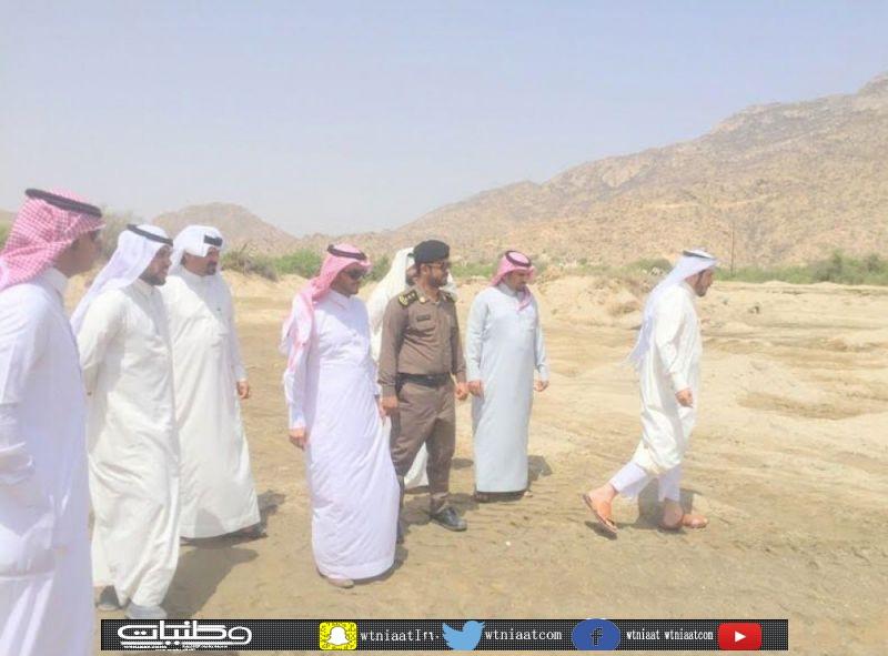 البناوي يُرافقه رئيس مركز ثلوث المنظر خلال إطلاعه على السحب الجائر لرمال وادي بقرة
