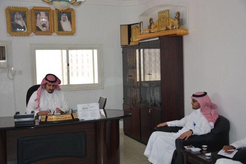 رئيس بلدية المجاردة في مكتب رئيس مركز عبس