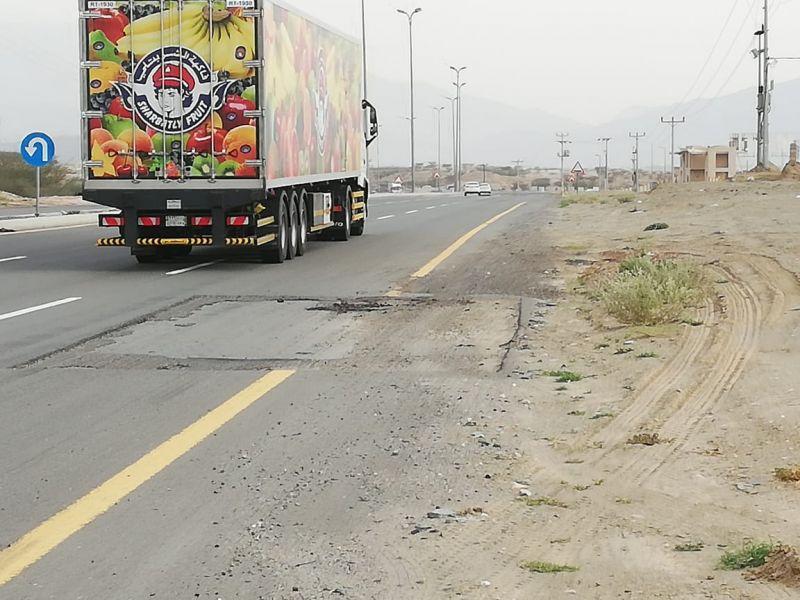 كشط الطريق أمام بوابة فرع جامعة الملك خالد في تهامة